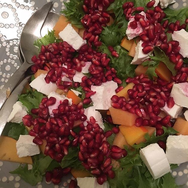Persimoni-vuohenjuustosalaatti ja granaattiomenaa