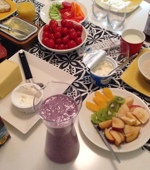 mustikka-banaanismoothie aamiaispöydässä