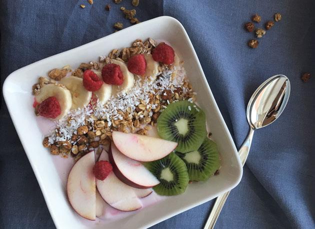 Smoothiekulho: vadelmia, kiiviä, omenaa, granolaa