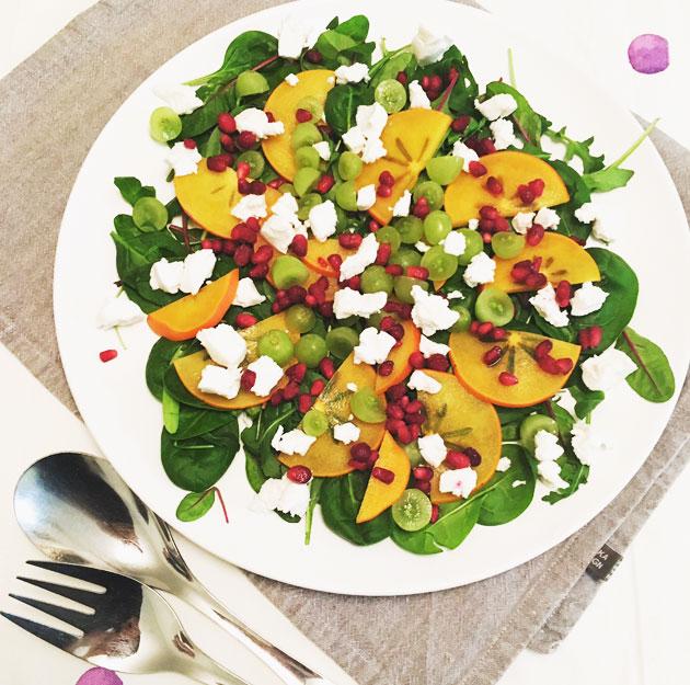 Salaatti: granaattiomenaa, persimonia, rypäleitä ja vuohenjuustoa
