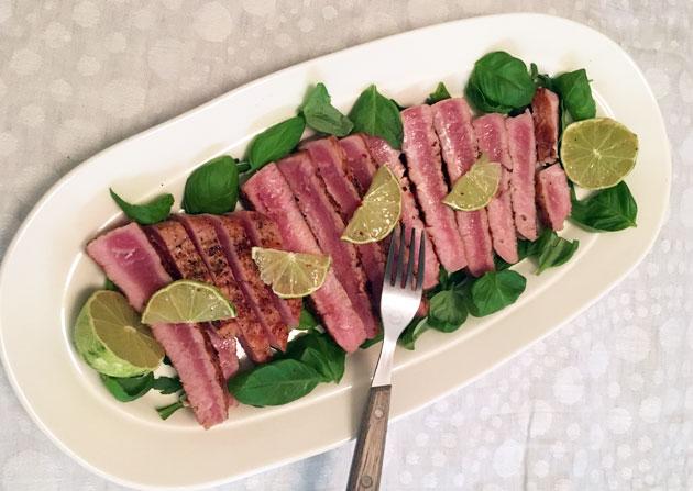Chilillä ja limetillä maustettu pariloitu tonnikala ja sitruunarisottoa