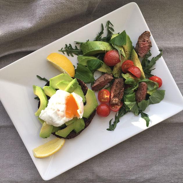 Uppomuna ruisleivällä ja paahtofilee salaatti