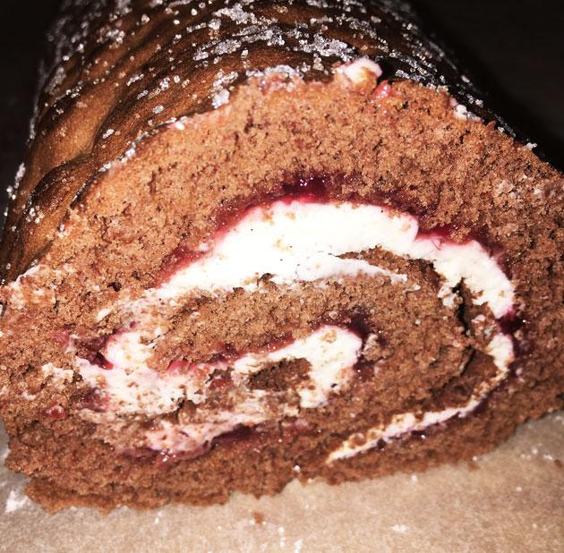 Mascarponella täytetty suklaakääretorttu
