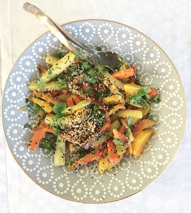 Salaatti väriporkkanoista, appelsiineista jakorianterista