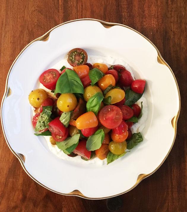 Sitruuna säväyttää täyteläisen tomaatti-basilikasalaatin