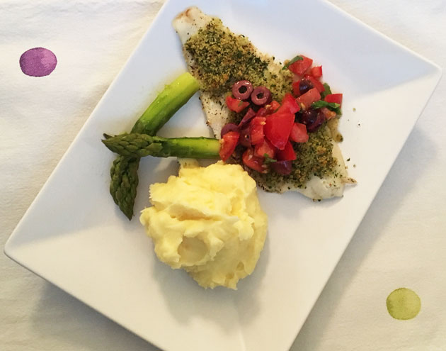 Yrteillä ja parmesaanilla kuorrutettua uunikalaa ja tomaatti-oliivikastiketta