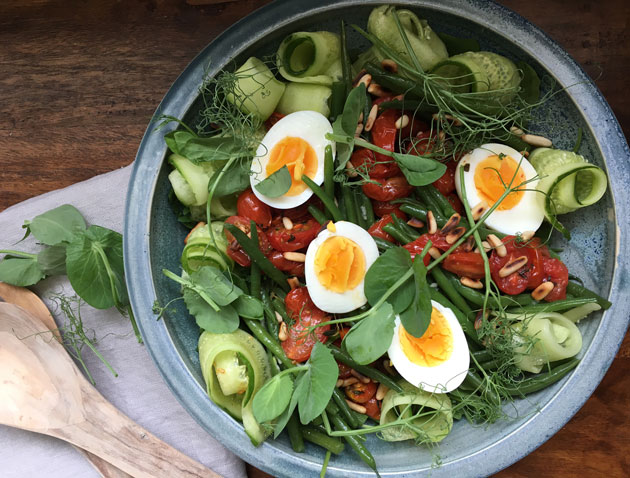 Kevennetty maalaissalaatti: papuja, kananmunaa ja paahdettujatomaatteja