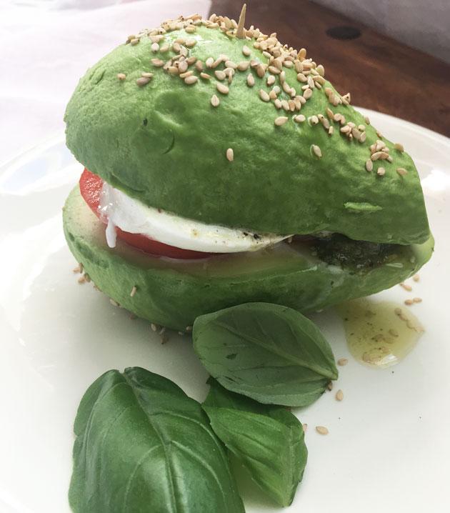 Mozzarellalla, tomaatilla ja pestolla täytetty avokado, avokado-burger