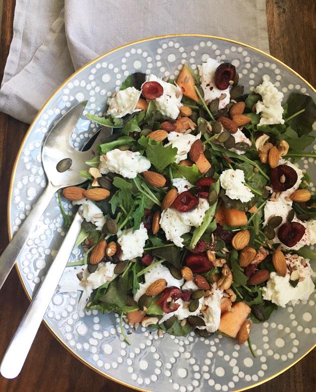 Kirsikka-mozzarellasalaattia