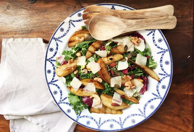 Salaatti grillatuista päärynöistä, parmesaanista, rucolasta japähkinöistä