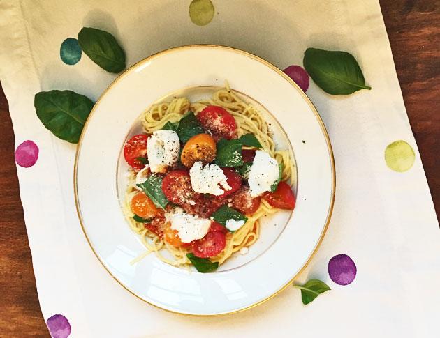 Pastaa tomaattikastikkeessa, chorizoa ja mozzarellaa
