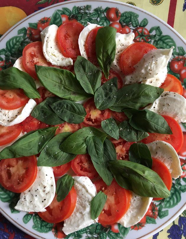 Caprese, klassikkosalaatti tomaatista jamozzarellasta