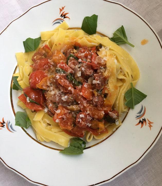 tomaatti-tuoremakkarakastike