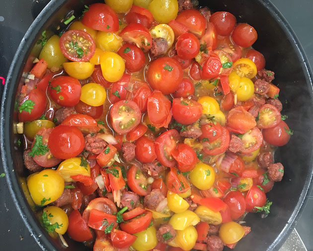 Tomaatti-tuoremakkarakastike pastalle