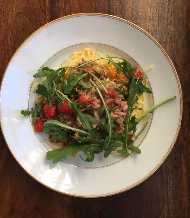 Helppo ja nopea tomaattinen tonnikala-oliivikastike pastalle