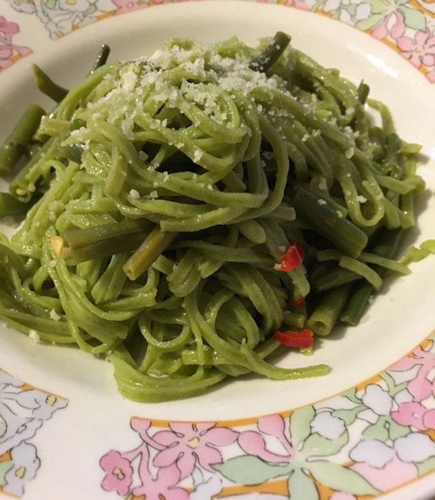 pastaa, vihreitä papuja ja chiliä