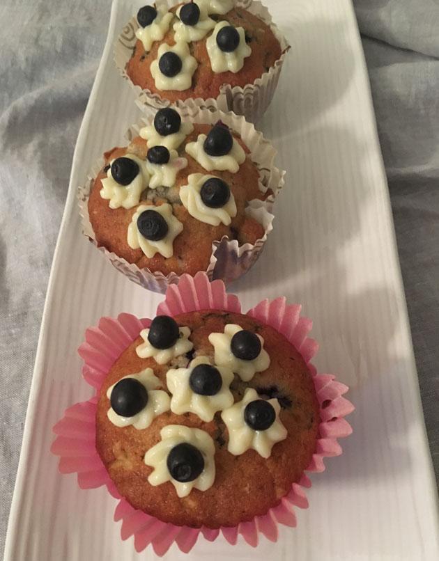 Mustikka-valkosuklaamuffinit ja sitruunanraikkaus