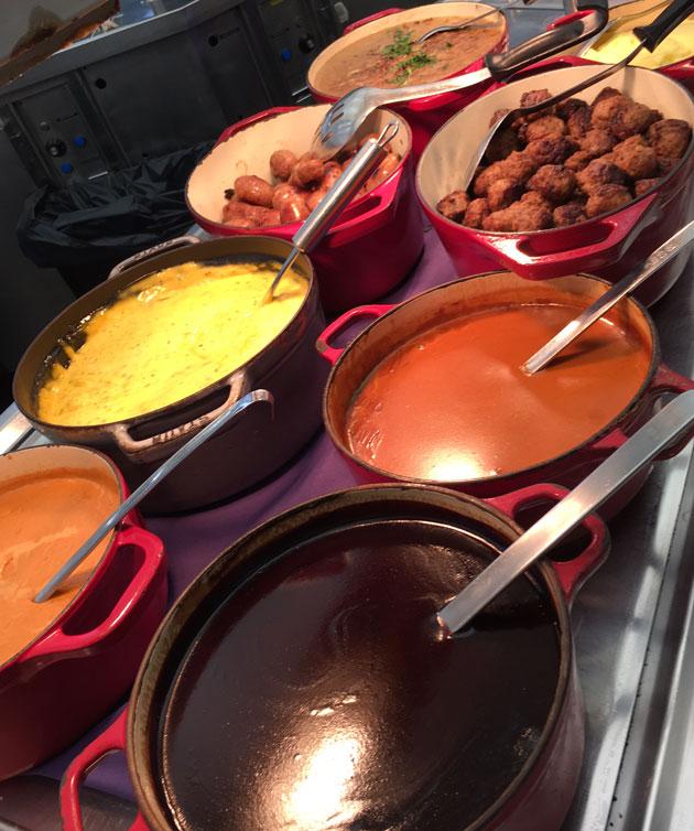 Viking Linen buffetin lämpimiä ruokia hauskoissa padoissas