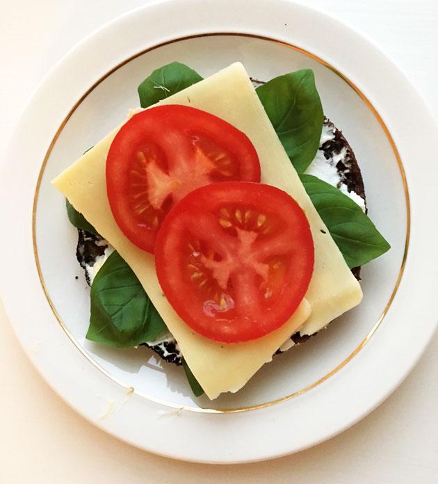 Paahdettu tositumma reissumies, vuohenjuustolevite, basilika, juusto, tomaatti