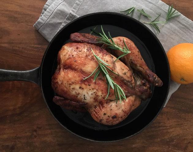 Kokoinainen broileri kypsyy hitaasti uunissa meheväksi ateriaksi – ruoantuoksu