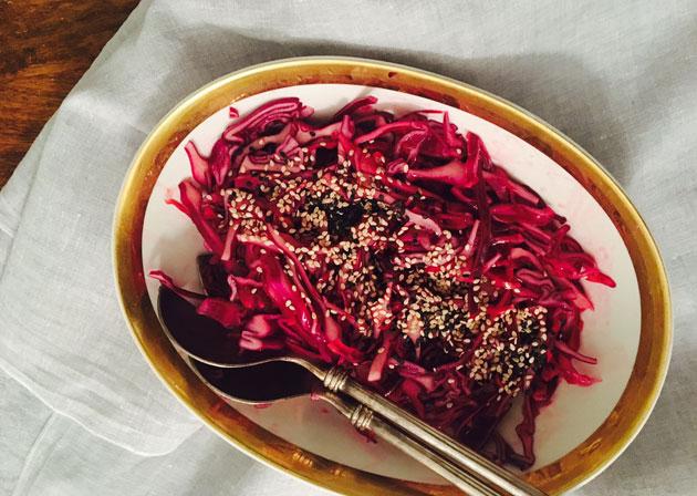 Limetillä maustettu punakaalisalaatti