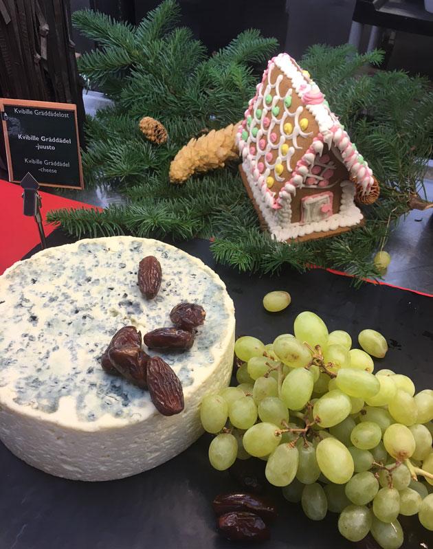 Viking LIne joulubuffet 2017: juusto, rypäleet, piparitalo