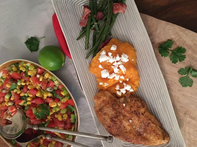 Cajun-maustettua broileria, bataattisosetta ja tomaatti-maissisalsaa