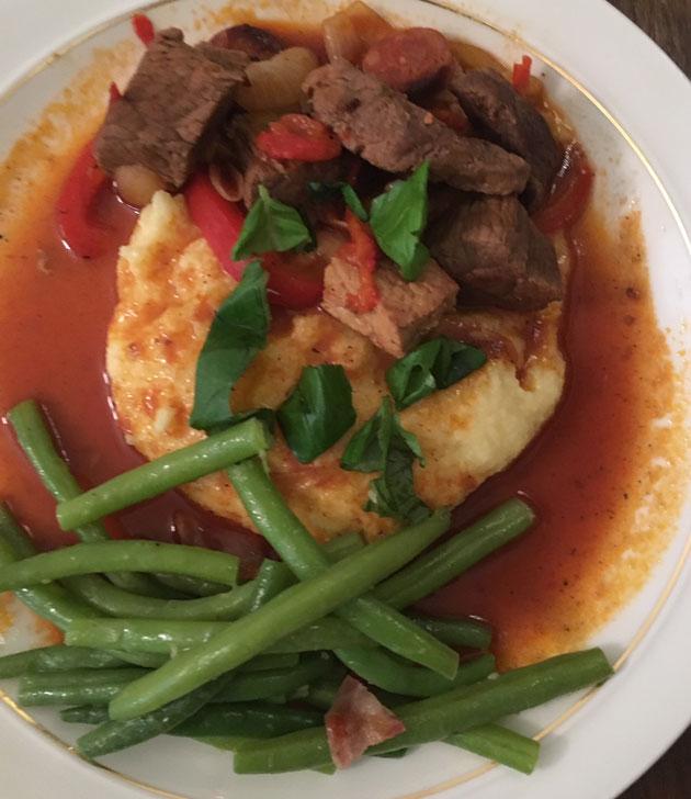 chorizolla maustettu lihapata, vihreitä papuja ja polentaa