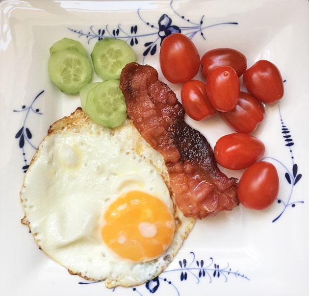 HK:n mikropekoni ja paistettu kananmuna