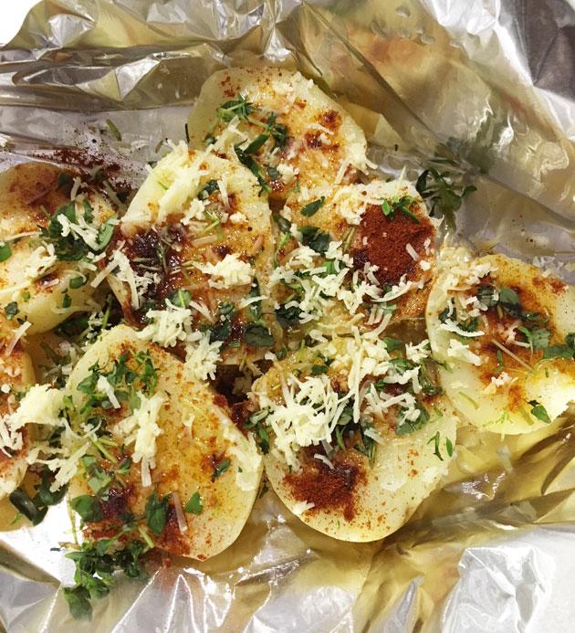 Uunissa tai grillissä paahdetut, parmesaanilla ja savupaprikalla maustetutperunat