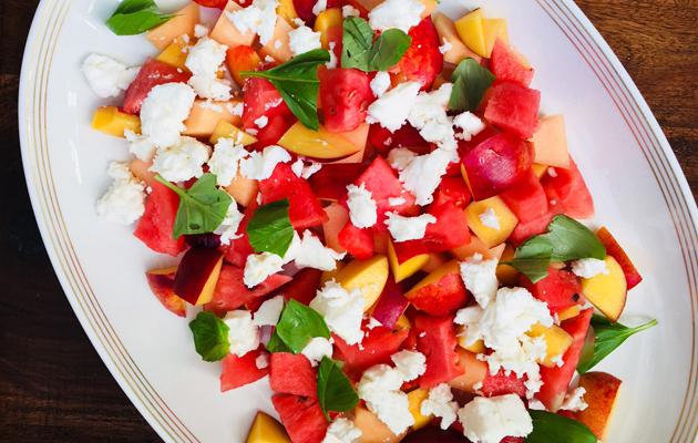 Fetasalaatti sesongin hedelmistä