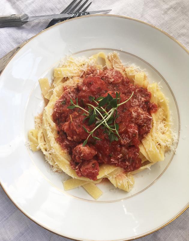 Tomaattinen pastakastike raakamakkarasta