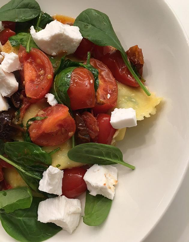 Kasvispasta vuohenjuustosta, tomaatista ja pinaatista – helppo, nopea jaherkullinen