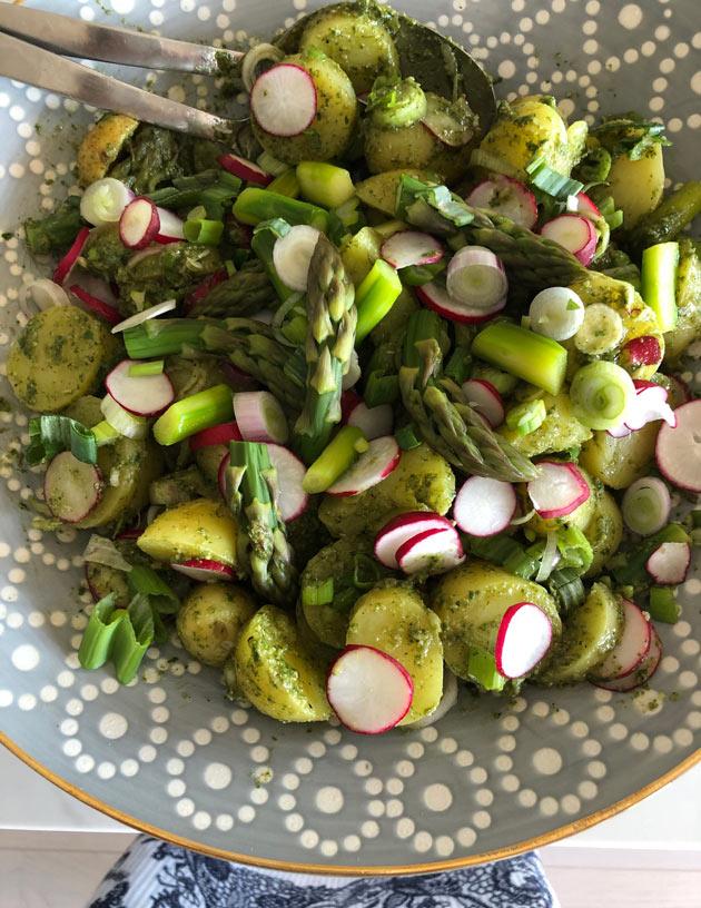 Vihreä perunasalaatti uusista perunoista eli varhaisperunoista