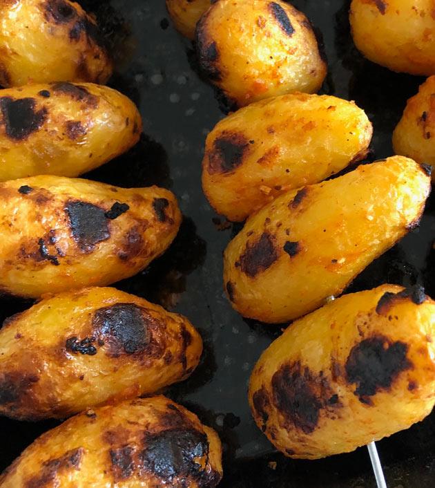 Grillatut perunat vartaissa