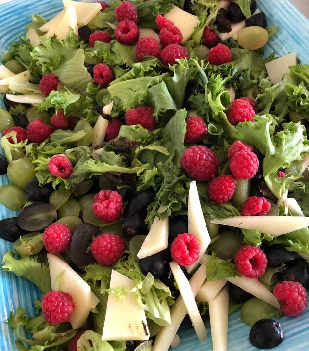 Manchego-vihersalaatti maustuu kauden marjoilla taihedelmillä