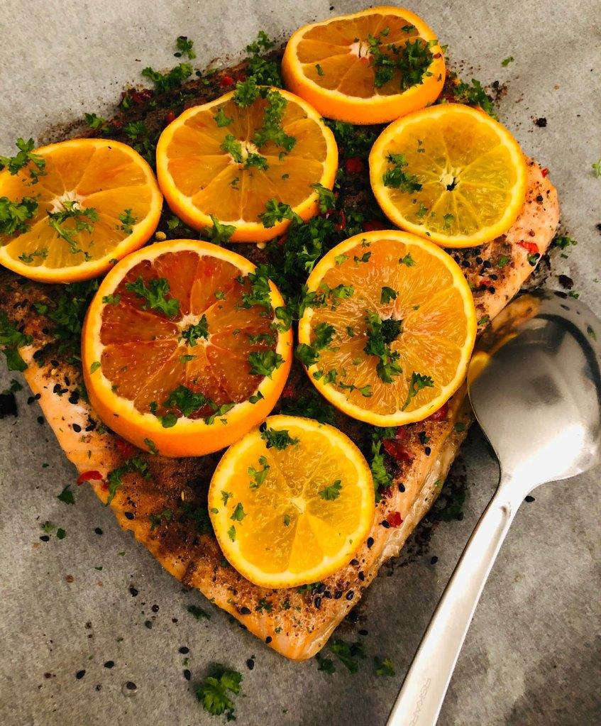 veriapelsiinilohi eli uunilohi päällystetty veriappelsiinilla ja maustettu marokkolaisittain