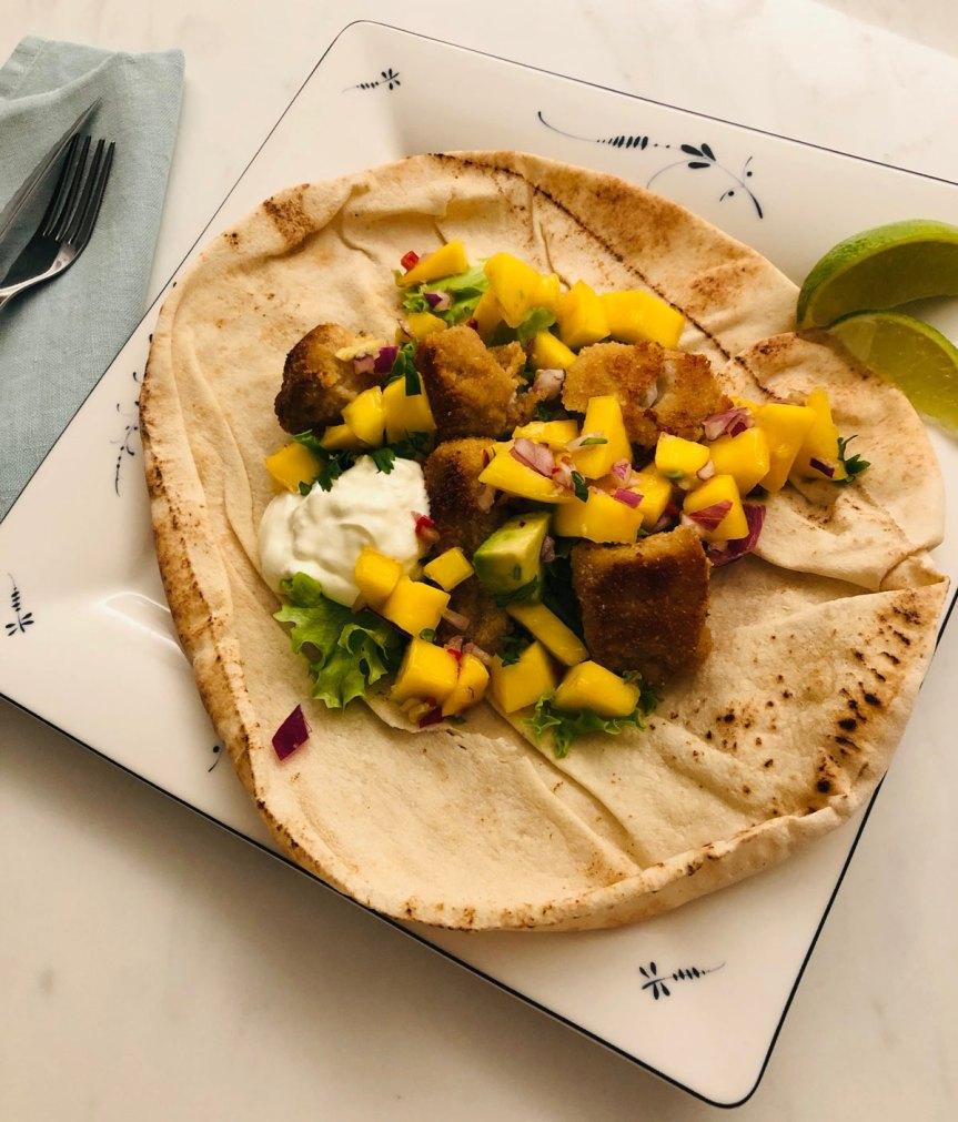 Pitatortillat, paneroitu seiti ja mango-avokadosalsa