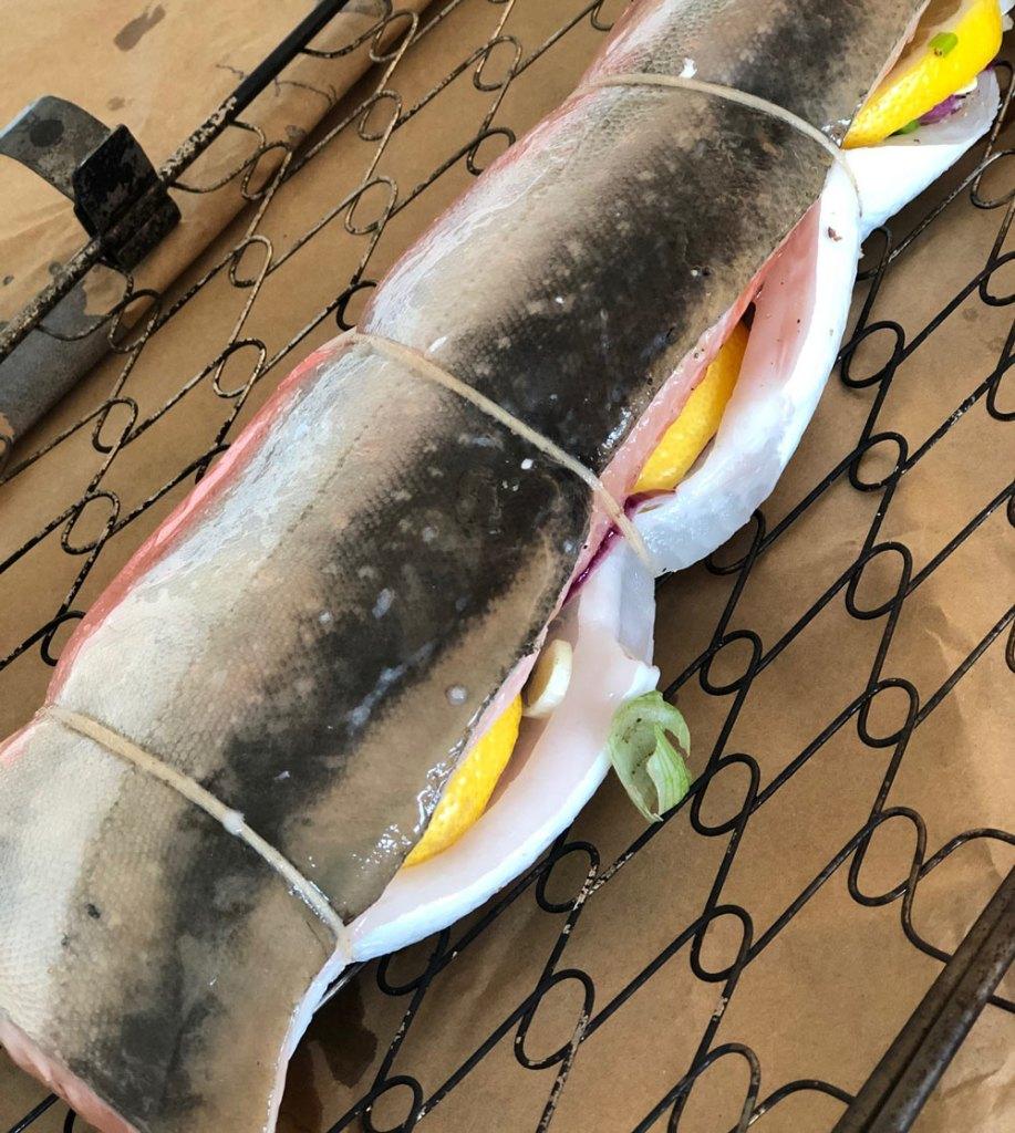 täytetyt kalafileet, nieriä-ja siikafilee, välissä yrttejä ja sitruunaa, sipulinvarsia